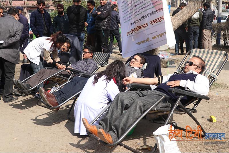 विरोधको फरक शैली: सरकारी चिकित्सकले गरे माइतीघर मण्डलामा रक्तदान