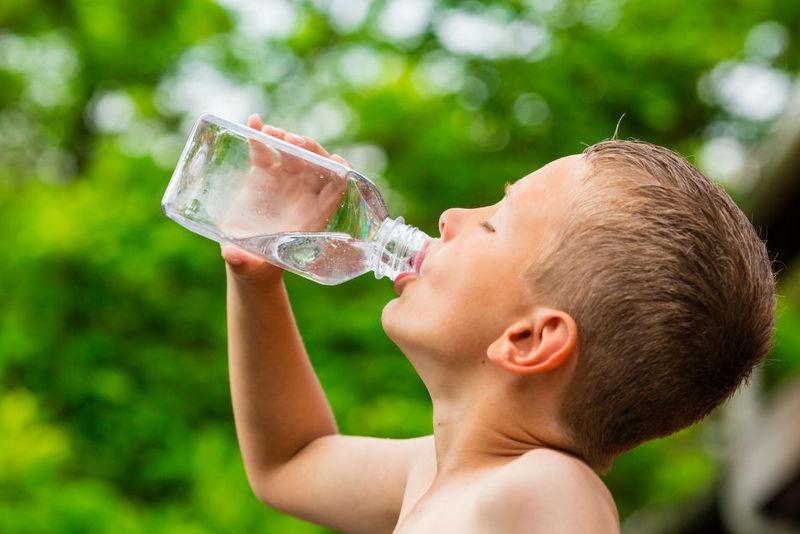 साना बालबालिकाले दिनमा कति पानी पिउने?