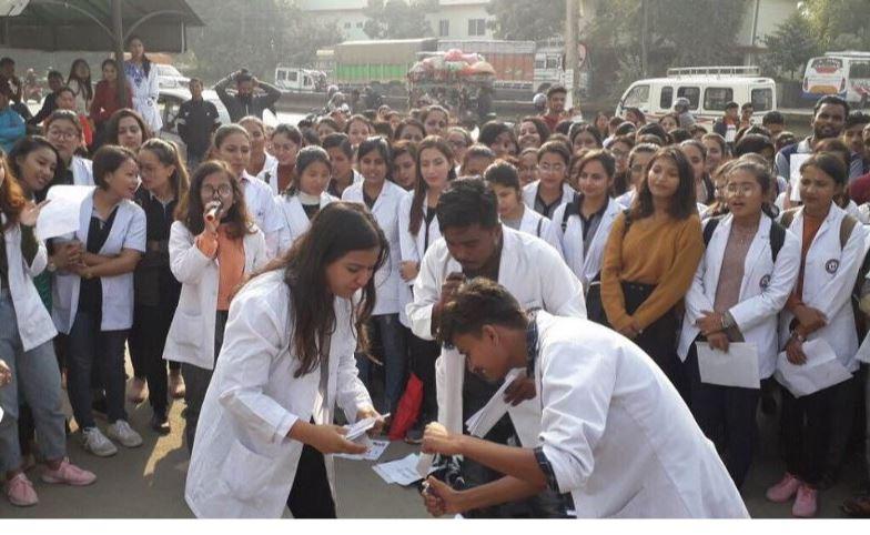 चार मेडिकल कलेजका विद्यार्थीले गरे परीक्षा बहिस्कार, प्रवेशपत्र जलाइयो