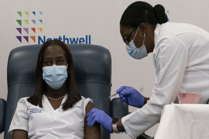 अमेरिकामा कोरोना भाइरस विरुद्धको पहिलो खोप नर्सलाई दिइयो
